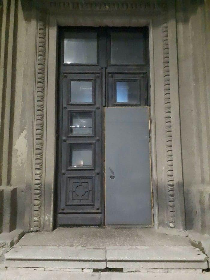 дверь, нелепость
