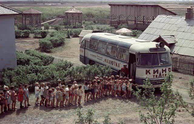 Очередь в автобус–кинотеатр «Малютка», 1960–е годы, Курган