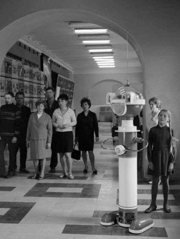 Робот экскурсовод в Политехническом музее. Москва, 1969