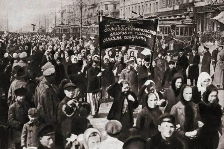 Женская манифестация на улицах Петрограда, 23 февраля 1917 года. До перехода на григорианский календарь 8 марта в России выпадало на 23 февраля.