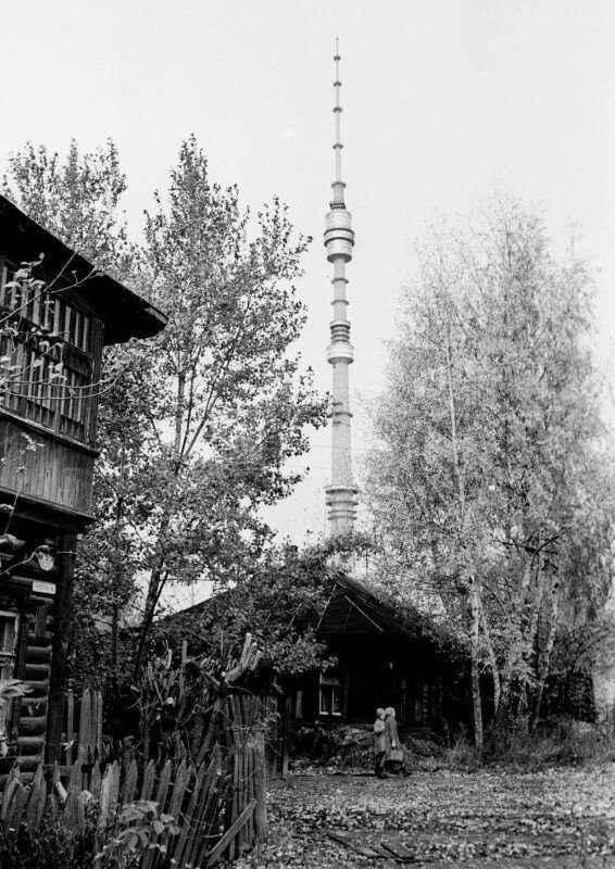 Село Останкино в Москве с видом на новую телебашню. Фото Бориса Кавашкина, 1978