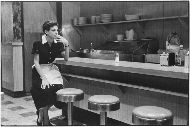 официантка, бар, сигарета