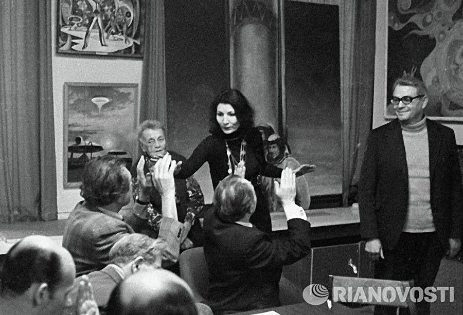 Джуна общается с простыми людьми на равных / Фото: ©musthaveforyou.mediasole.ru