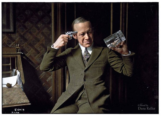 актер, пистолет, стакан
