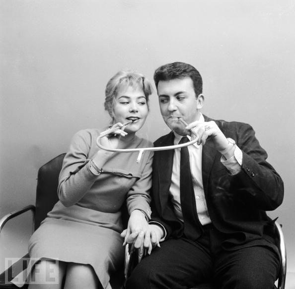 Курение с помощью двойного мундштука (1955 г)