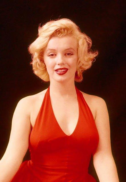 Голливудская актриса Мэрилин Монро в красном платье