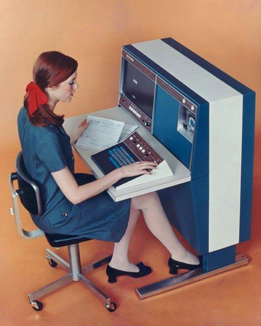 Девушка за компьютером в 1967 году