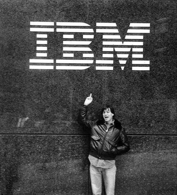 Стив Джобс показывает неприличный жест компании IBM