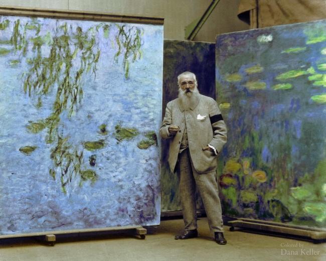 Клод Моне со своими картинами