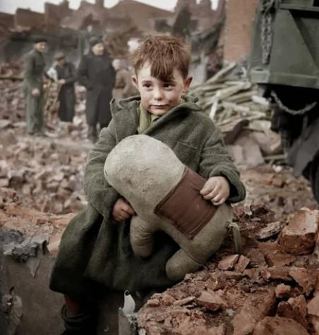 мальчик, игрушка, руины