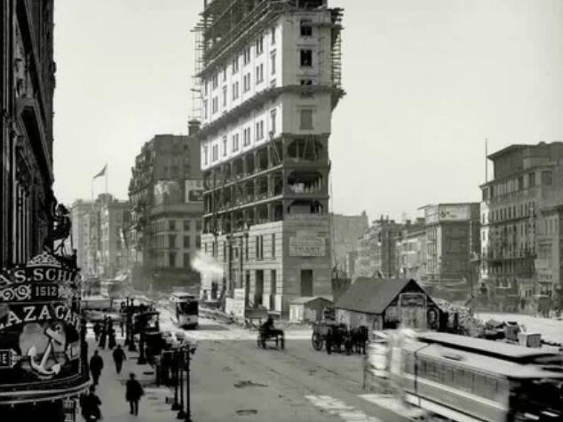 Знаменитая улица Таймс-сквер в 1903 год. Видна новая технология строительства высотных зданий – легкий металлический каркас обкладывают кирпичной кладкой