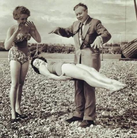 Цирковой номер на пляже. 1930-е