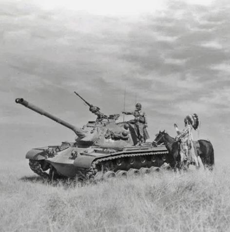 Вождь племенного совета индейцев якима посетил своего сына, капрала Билла Яллупа в армии, во время стрельб на полигоне Якима, 1954 год