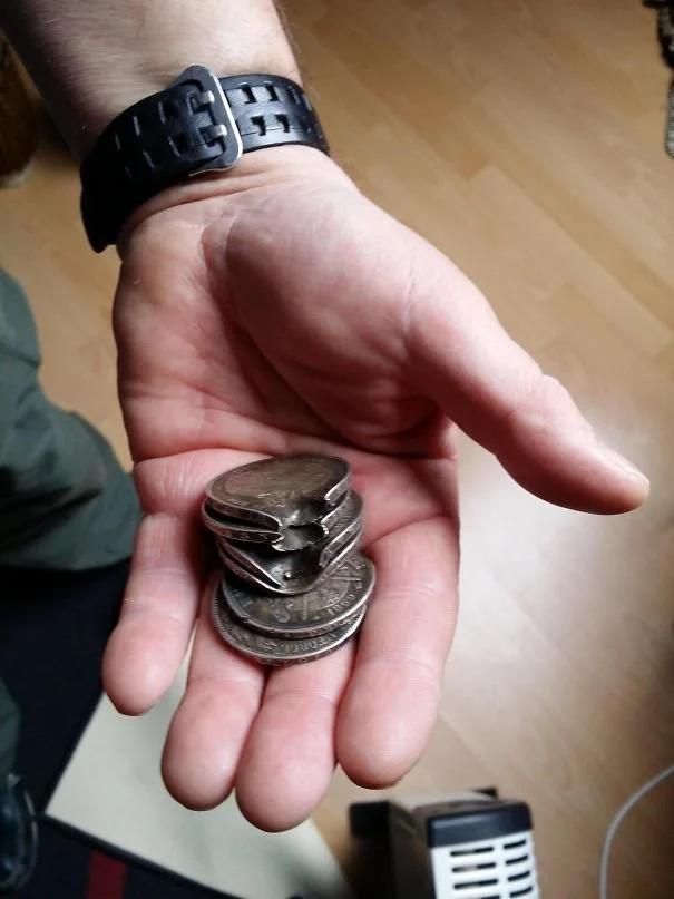 монеты, рука, пуля