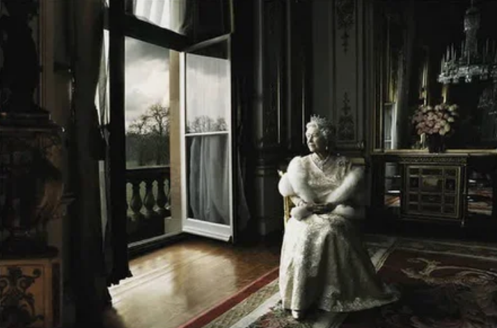 королева, наряд