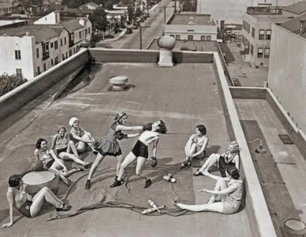 Боевые искусства на крыше в исполнении прекрасного пола / Фото: ©masterok.livejournal.com
