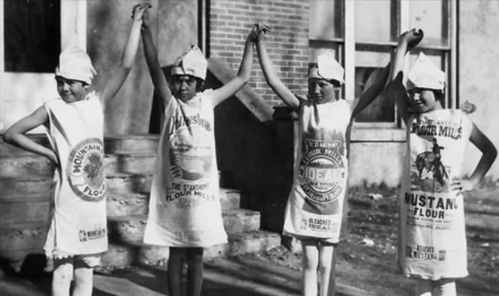 Дети в одежде из мешков для муки, 1930-е