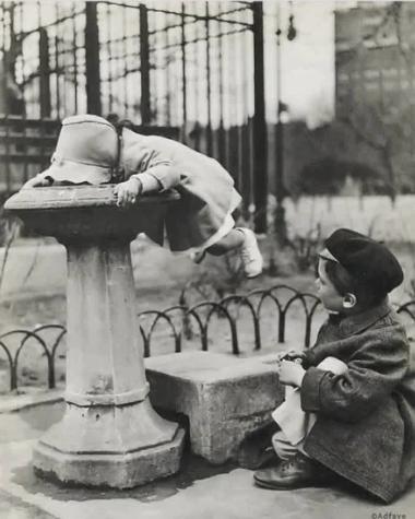У питьевого фонтанчика, Нью–Йорк, США, 1930-е