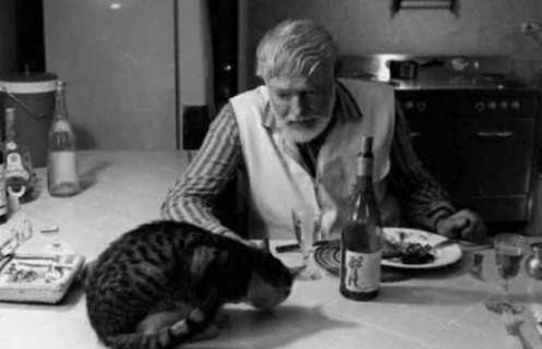Эрнест Хемингуэй и его питомец за обедом/Фото: ©womensite.mediasole.ru