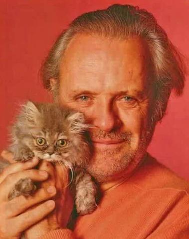 Энтони Хопкинс и котенок/Фото: ©womensite.mediasole.ru
