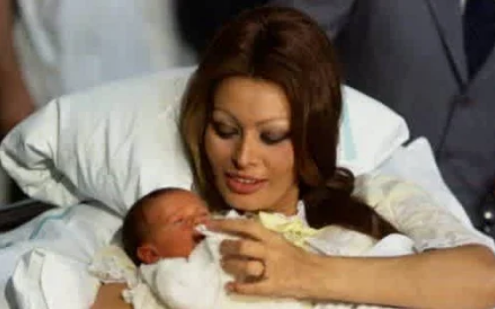 Новорожденный Карло Понти - младший со знаменитой мамой/Фото: ©womensite.mediasole.ru