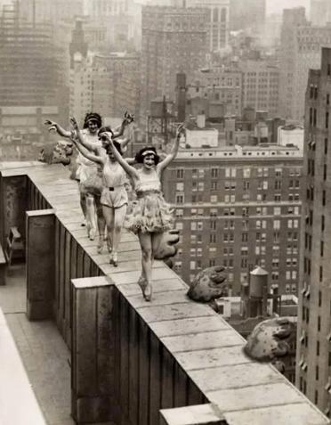 Балерины танцуют на краю небоскреба в Нью-Йорке, 1925 год
