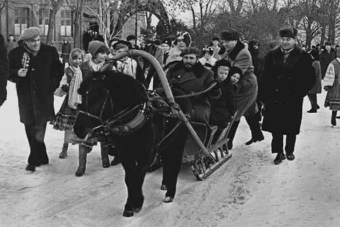 Фидель Кастро катает советских детей по улицам Москвы, 14 января 1964 года, СССР