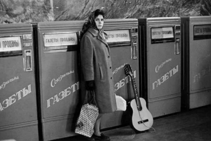 Газетные автоматы на станции метро «Белорусская», 1960 год, Москва