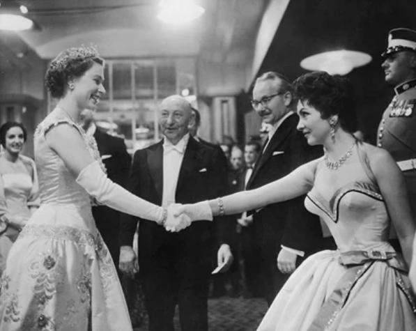 Известной актрисе Лоллобриджиде выпала честь пожать руку Елизавете II