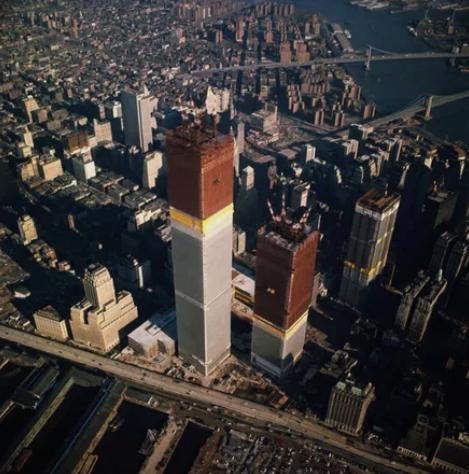 Башни Всемирного торгового центра в ходе строительства