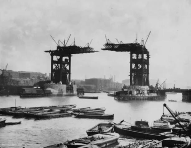 Тауэрский мост в процессе строительства