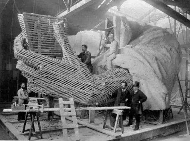 Левую руку статуи Свободы собирали в Париже