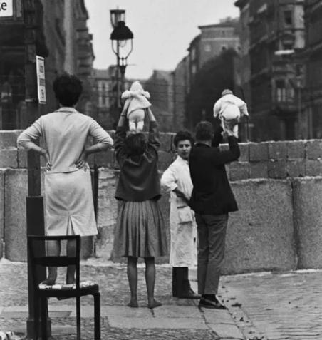 Берлинская стена разделила семьи