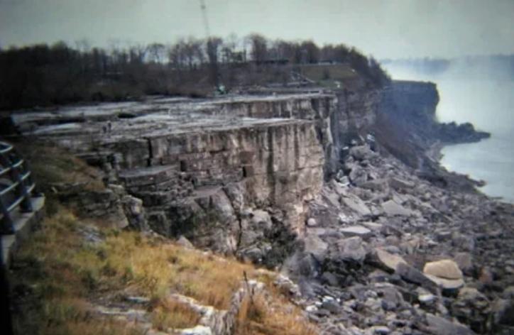 Осушенный для исследования Ниагарский водопад
