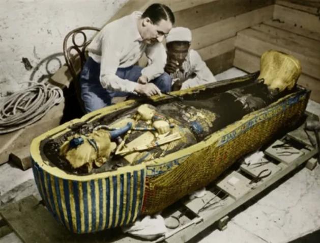 Археологи изучают вскрытую гробницу Тутанхамона