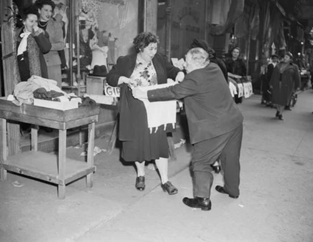 В Нью-Йорке в 40-х годах белье примеряли прямо на улице