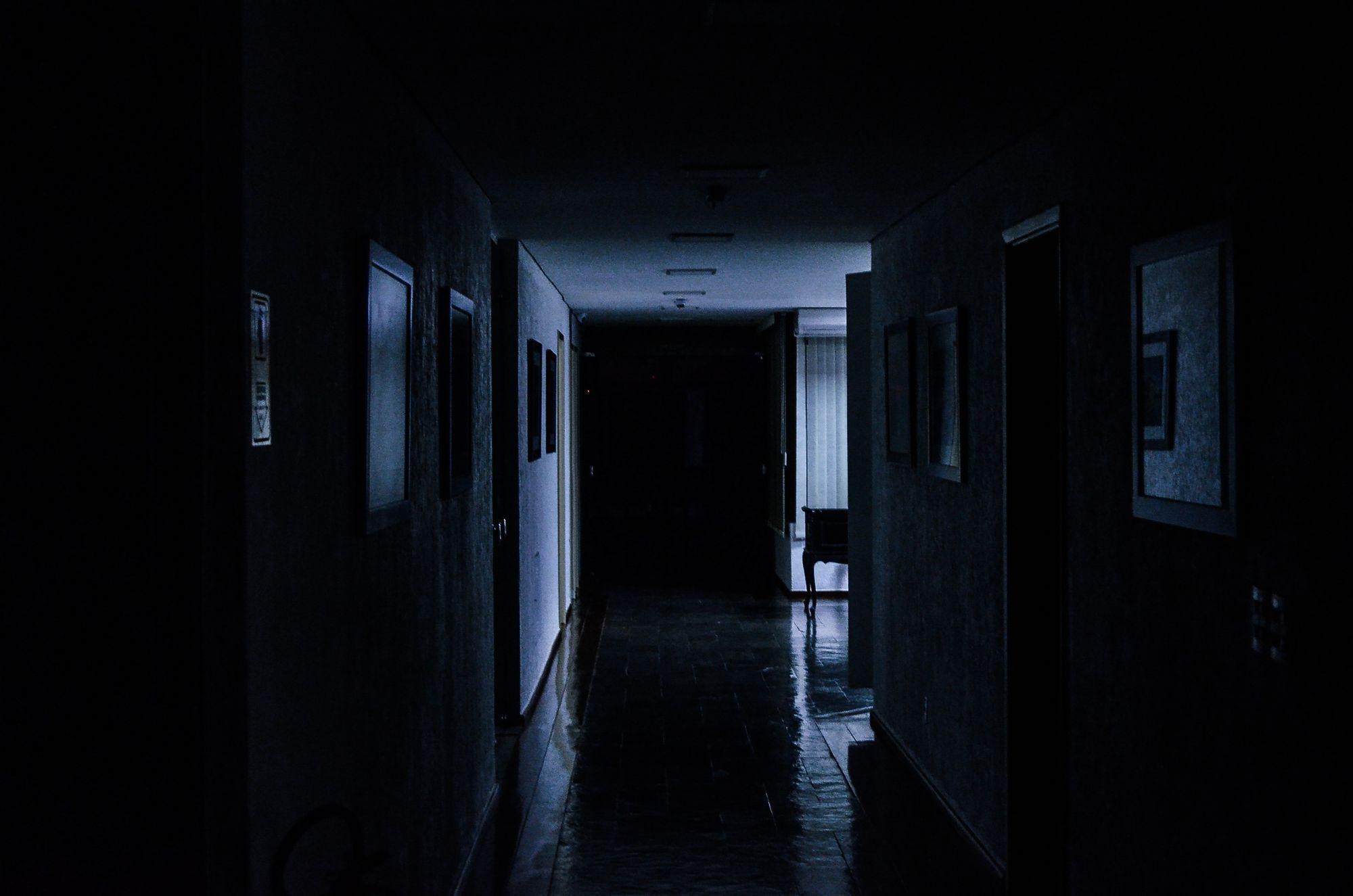 темно в комнате