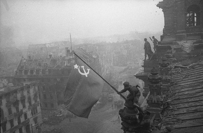 В начале мая советские военные установили флаг СССР над Рейхстагом
