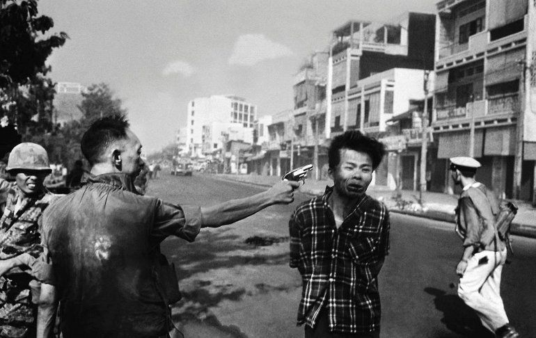 Руководитель госполиции Вьетнама прямо на улице застрелил вьетконговца