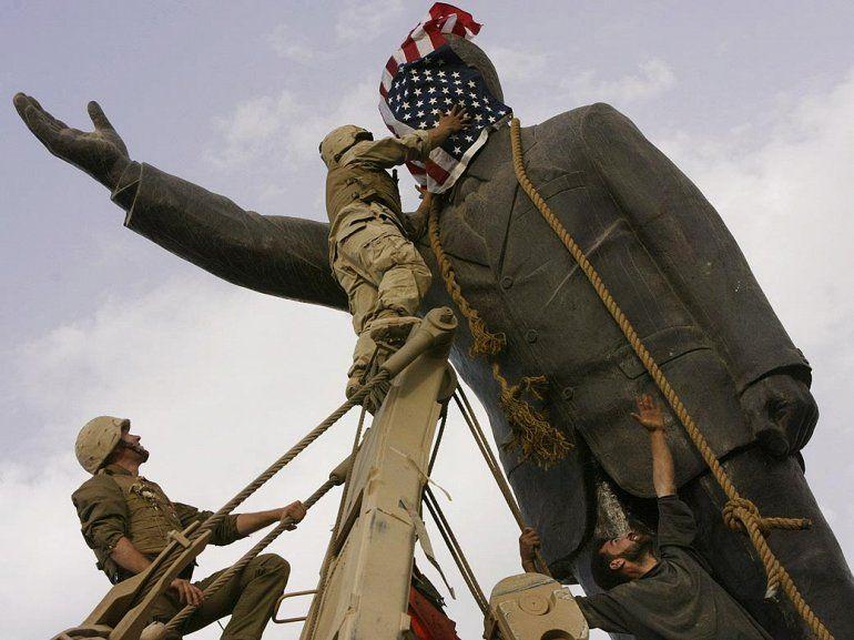 Американские военные и иракцы сносят памятник Хусейну в Багдаде