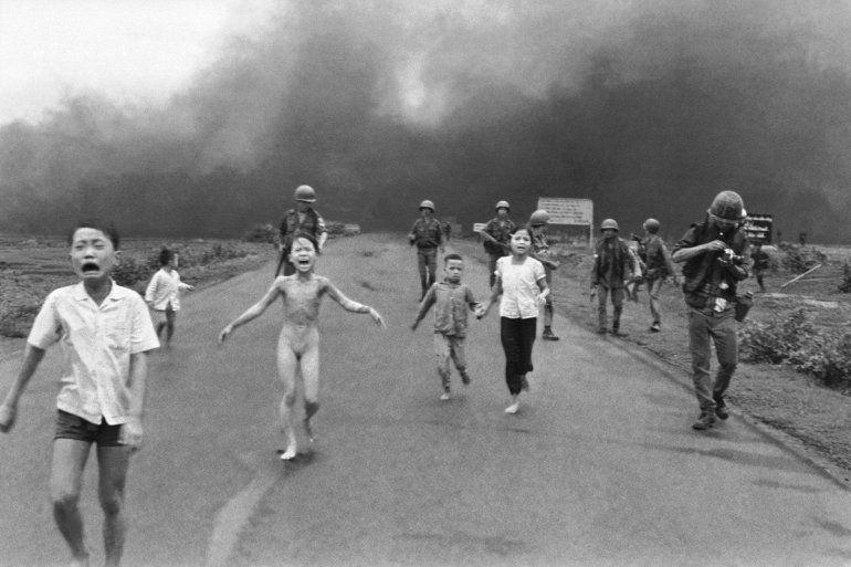 Вьетнамская девочка сорвала с себя горящую одежду после авиаудара по деревне