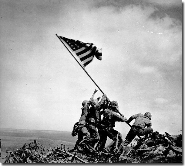 Американские военные устанавливают флаг на горе Сурибачи