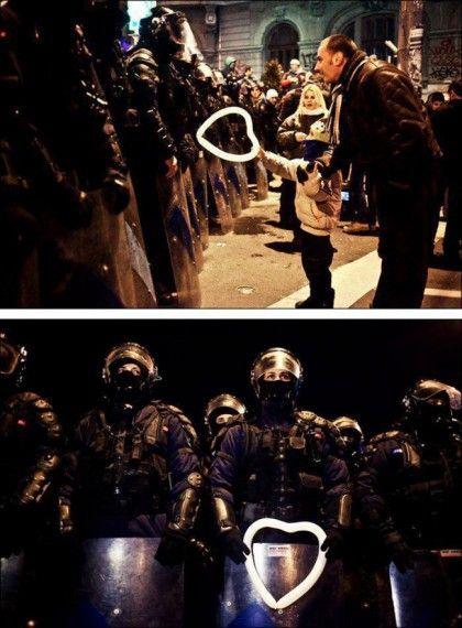ребенок подарил шарик полицейскому