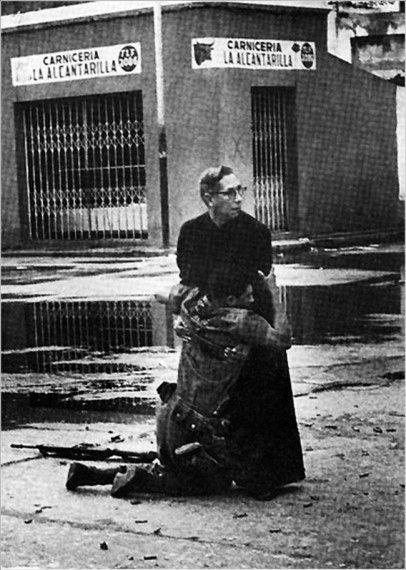 Священник и раненный солдат.