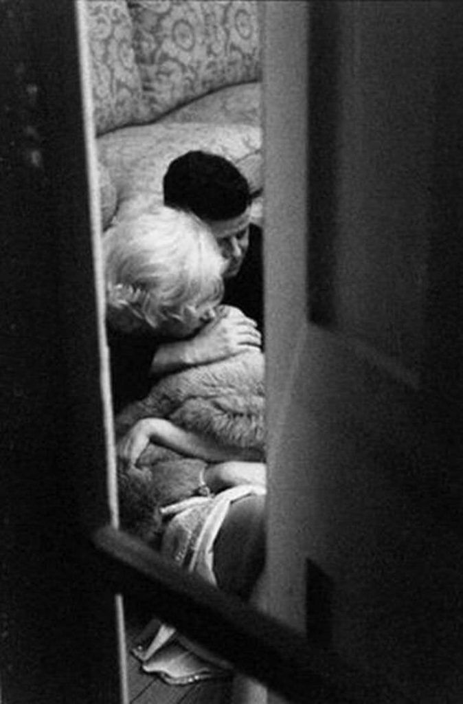"Постановочное фото с обнимающимися ""Кеннеди"" и ""Монро"""
