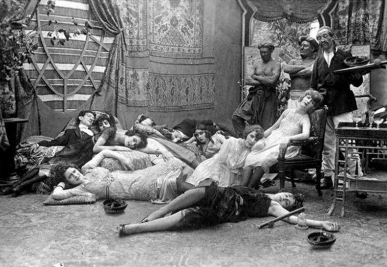 Снимок опиумной вечеринки, оказавшийся кадром из фильма
