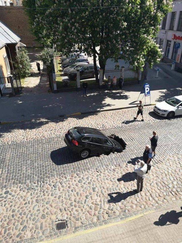 Машина провалилась под асфальт