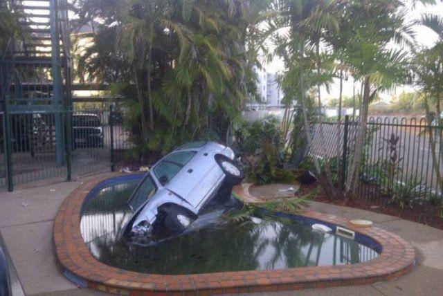 машина в бассейне