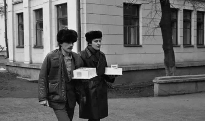 Молодой отец с приятелем у роддома, 1981 год, г. Новокузнецк