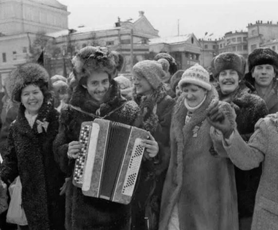 Площадь Революции. Праздничная демонстрация, 7 ноября 1984 года, г. Челябинск